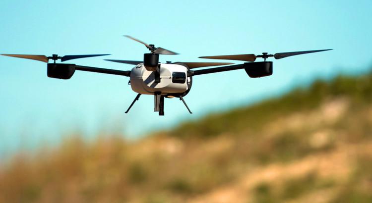 Un drone volando por los cielos